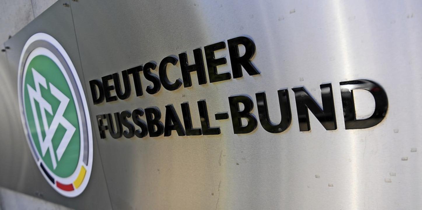 Beim Deutschen Fußball-Bund ist mal wieder Krisenbewältigung angesagt.   | Foto: Arne Dedert (dpa)