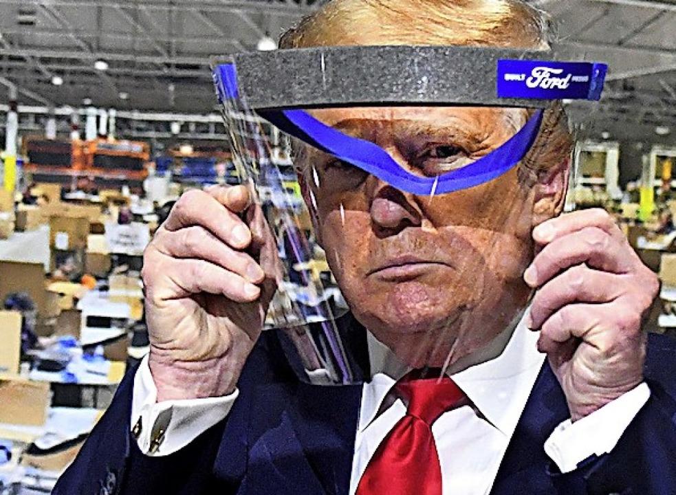 Donald Trump besichtigt mit Gesichtsvi...Werk, wo die Visiere gefertigt werden.  | Foto: Daniel Mears (dpa)