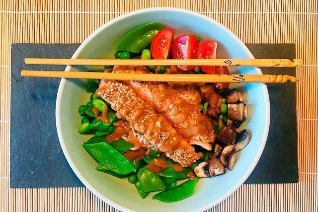 Bunt, gesund und sehr asiatisch: Lachsfilet mit Teriyaki-Soße und Gemüse