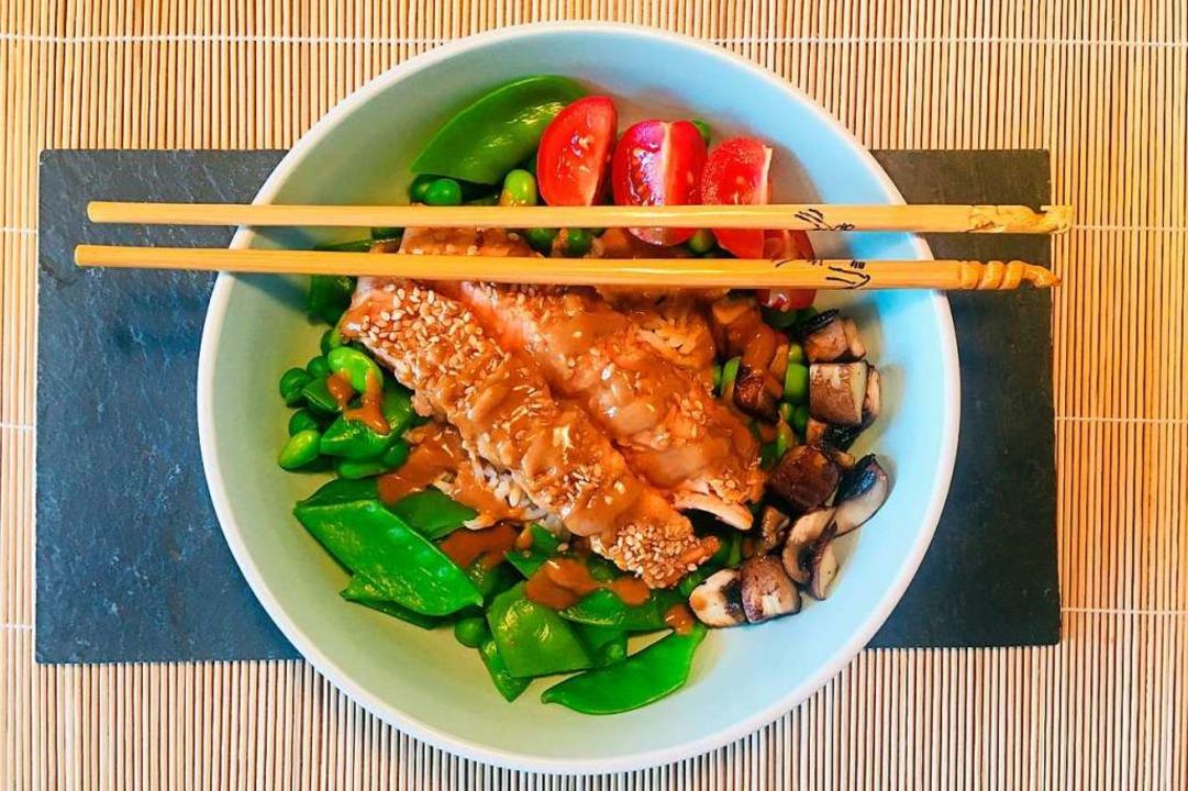 Bowl mit Lachsfilet und japanischer Soße   | Foto: Hans-Albert Stechl