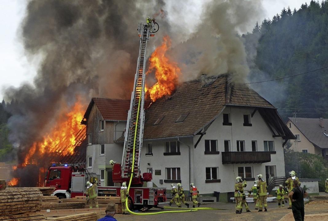 Lichterloh prasselten die Flammen zuerst aus dem hinteren Teil  des Gebäudes.   | Foto: Maria Gutjahr