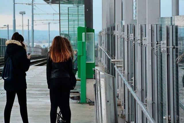 Drei Pflegerinnen bekommen Bußgeld beim Warten auf die Tram