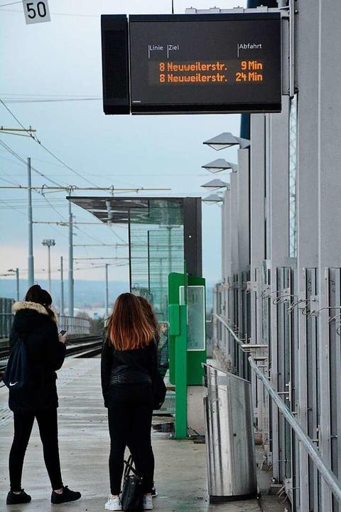 Auch an der Tramhaltestelle gilt die Abstandsregel.  | Foto: Hannes Lauber