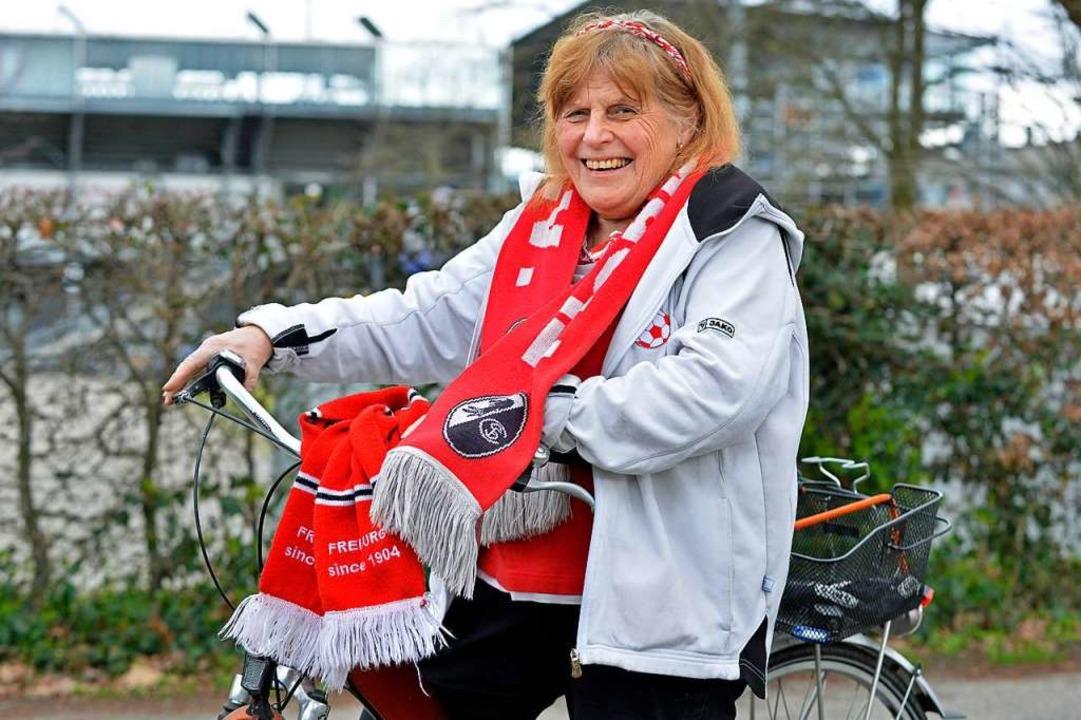 """Rita Sartorius radelte am Spieltag mei...ringen """"hoch"""" zum Stadion.    Foto: Michael Bamberger"""