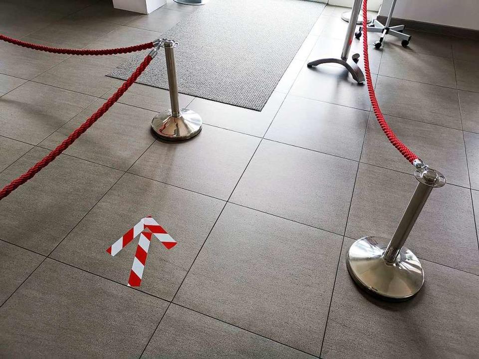 Pfeile und Absperrungen sollen in der ...rn, dass sich Besucher zu nahe kommen.  | Foto: Patrik Müller