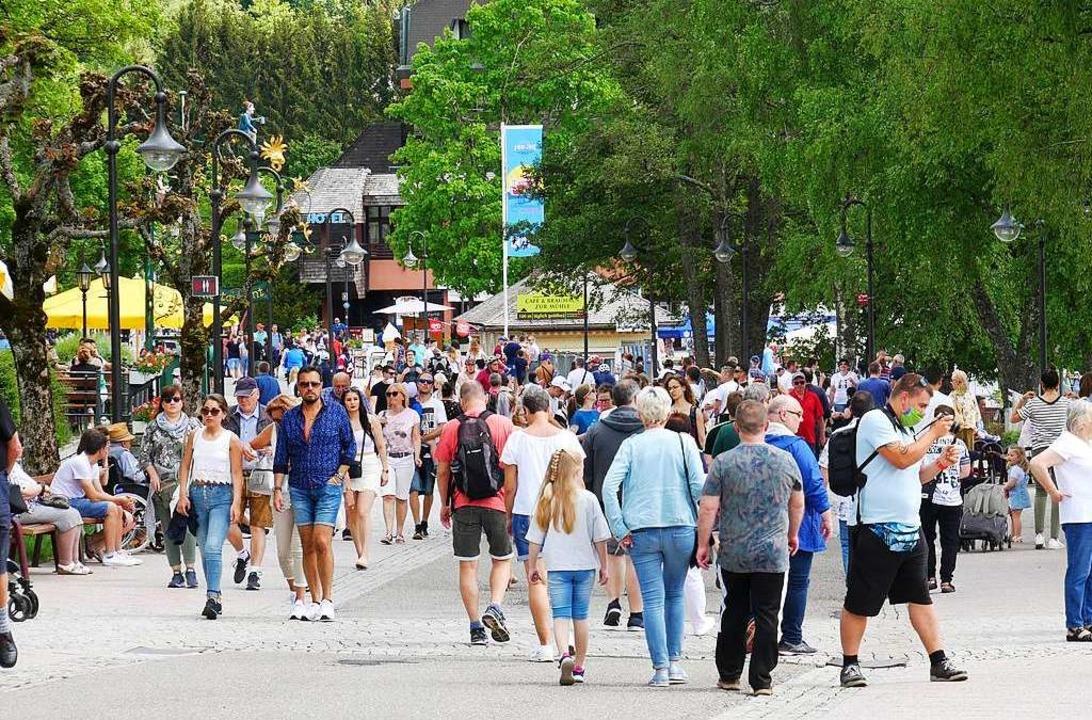 Menschen drängen sich auf der Seestraße.  | Foto: Eva Korinth