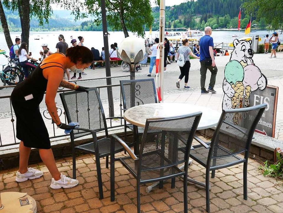 Eine Mitarbeiterin desinfiziert Stühle.  | Foto: Eva Korinth