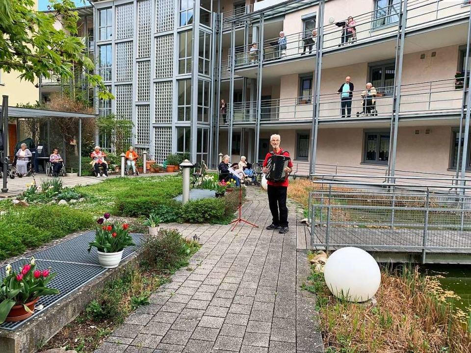 Die Heimbewohner sind dankbar für jede...ingen mit Heinz Dosenbach im Erlenhof.  | Foto: Privat