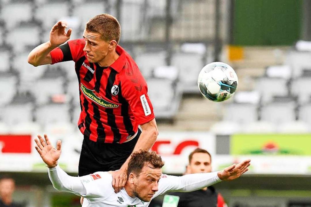 Nils Petersen springt zwar eine Etage ...gierte der Freiburger aber zu harmlos.  | Foto: Thomas Kienzle (dpa)