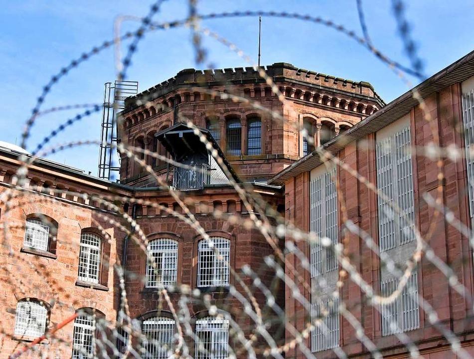 Die Freiburger Justizvollzugsanstalt  ... sonst von der Außenwelt abgeschottet.  | Foto: Michael Bamberger