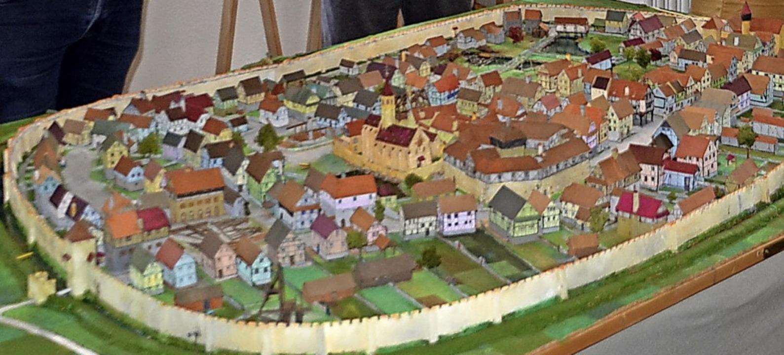 Aus mehr als 110 Miniaturhäuser besteh...l des mittelalterlichen Marckolsheim.   | Foto: Roland Vitt