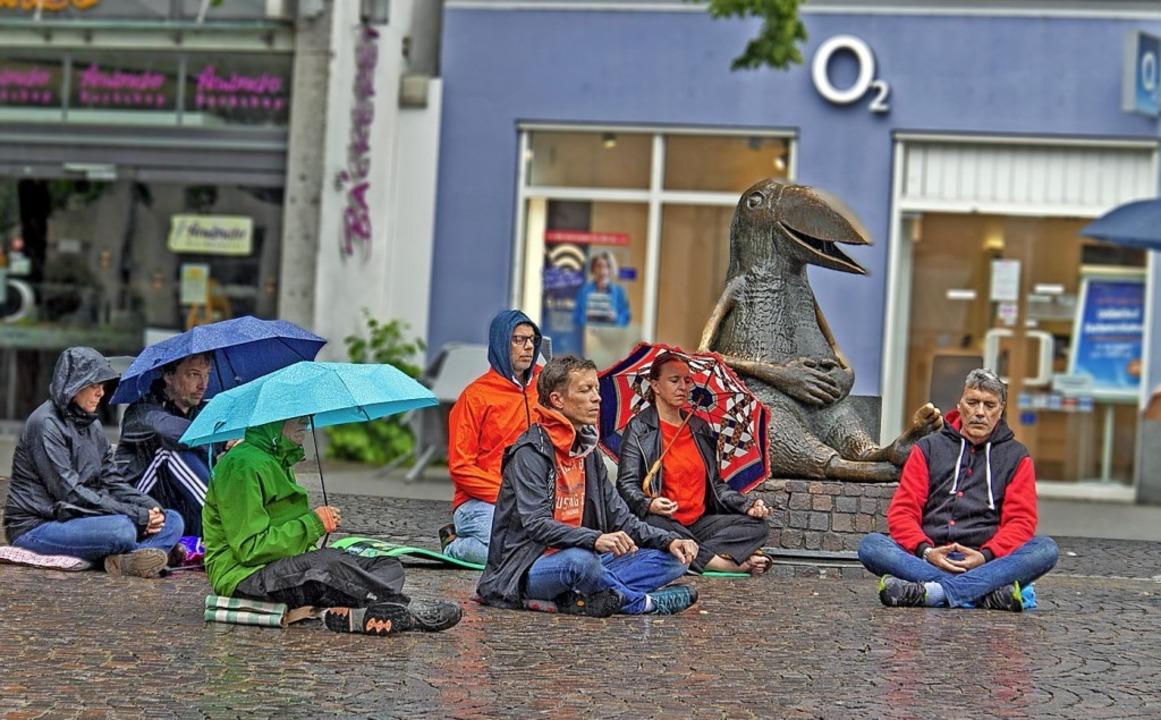 Meditation gegen Corona-Maßnahmen: Stiller Protest vor dem Rathaus  | Foto: Michael Brück