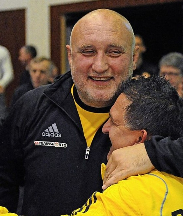 Andreas Steinbach (links) herzt seinen Lahrer Trainerkollegen Toni Oldak.     Foto: Pressebüro Schaller