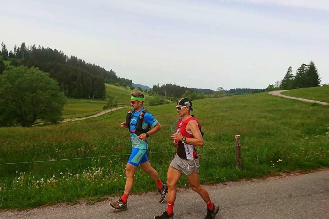 Zusammen mit Triathlet Veit Hönle (lin... Jörg Scheiderbauer  Titisee entgegen.  | Foto: Andreas Strepenick