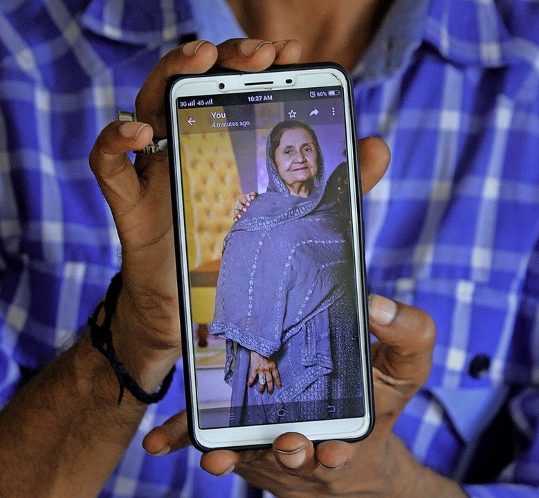 Shahid Ahmed zeigt auf seinemSmartpho...um, die bei dem Absturz ums Leben kam.  | Foto: Fareed Khan (dpa)