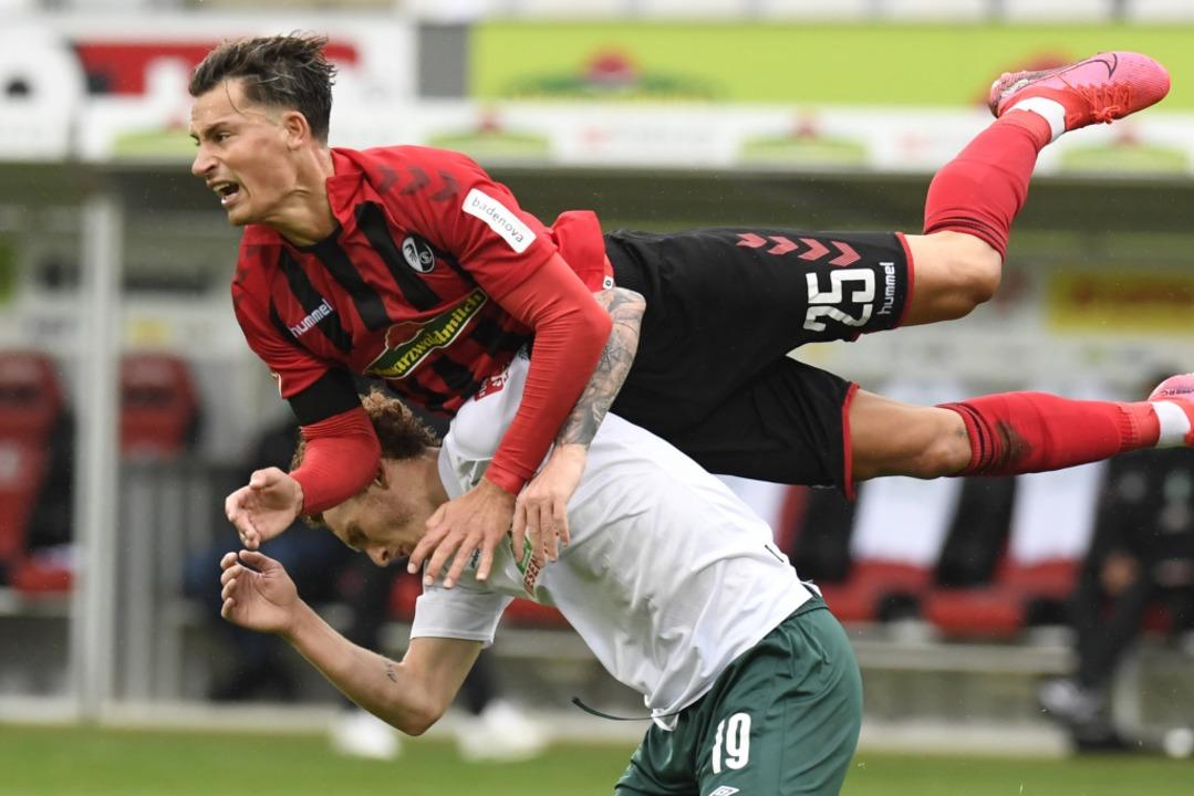 Robin Koch – in dieser Situation war der SC Freiburg eindeutig obenauf.  | Foto: THOMAS KIENZLE (AFP)