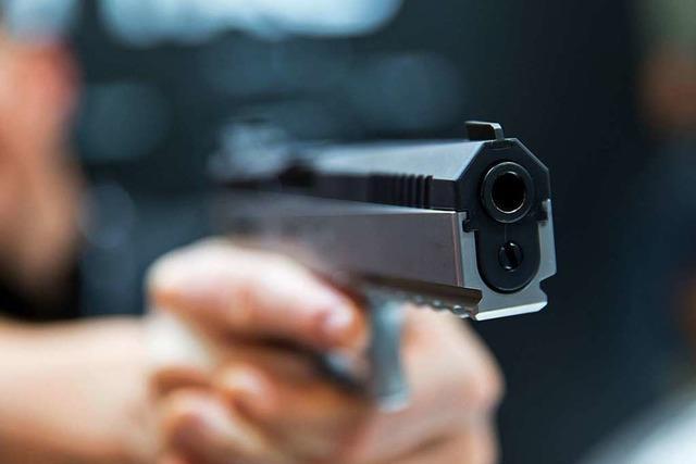 Mann wird in Lörrach mit einer Spielzeugpistole bedroht