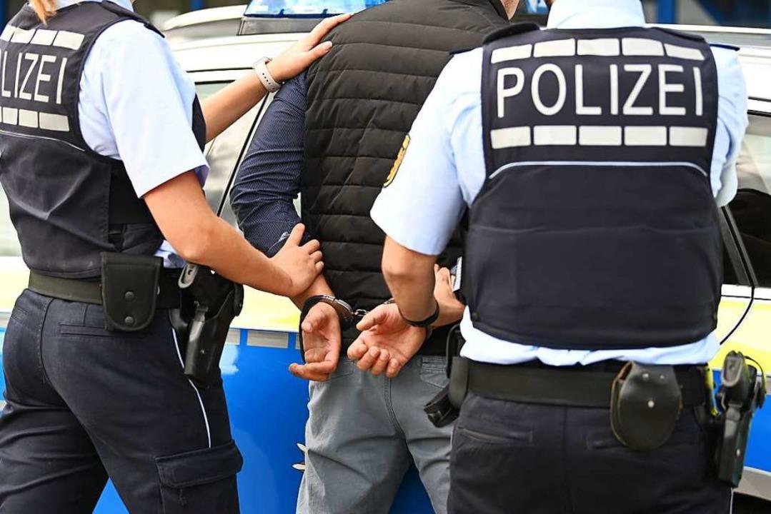 Die Polizei konnte den Mann, der drei ...t haben soll, festnehmen (Symbolfoto).  | Foto: Jonas Hirt