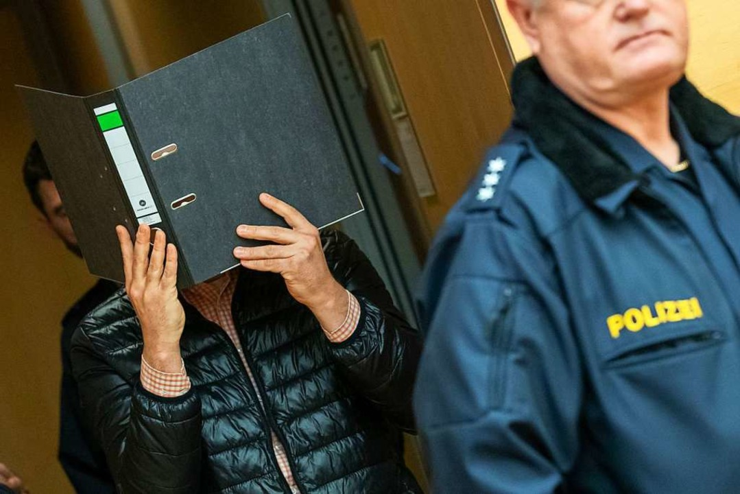 Der wegen Missbrauchs von Kindern ange...8211; mit Aktenordner vor dem Gesicht.  | Foto: Daniel Karmann (dpa)