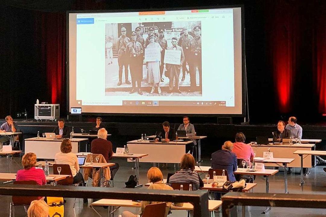 Oberbürgermeister Marco Steffens ließ ...ieren und verlas dazu seine Erklärung.  | Foto: Helmut Seller