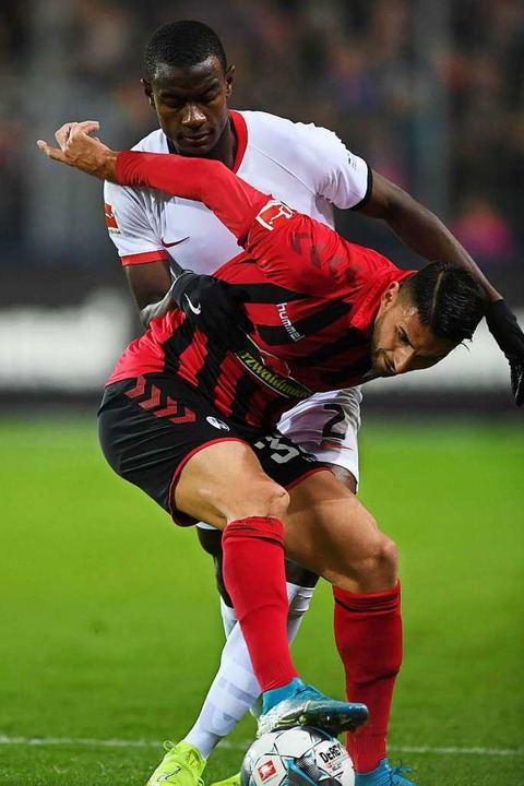 Szene aus dem Hinspiel, das der SC 1:0... ab gegen den Frankfurter Evan Ndicka.  | Foto: Patrick Seeger (dpa)