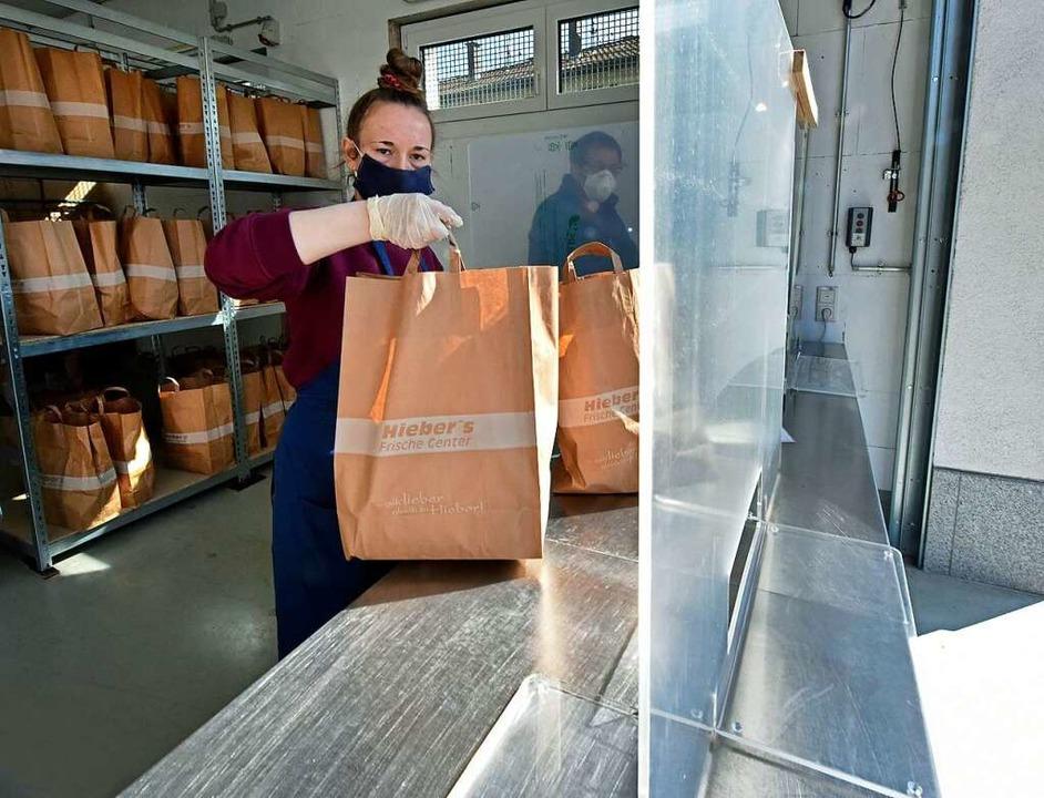 Im Tafelladen ist die Zeit der vorgepa...dinnen und Kunden wieder in den Laden.  | Foto: Michael Bamberger