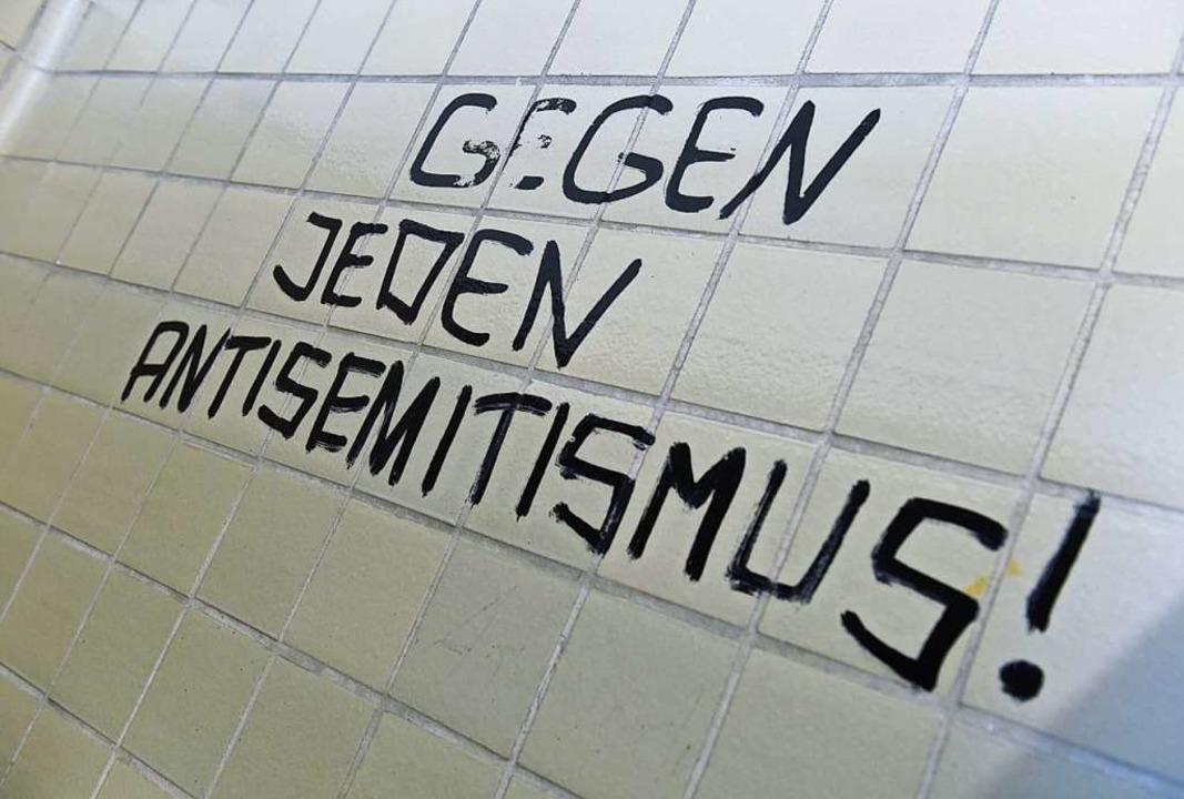 Antisemitismus ist, genauso wie Rassis...er Hass auf Menschen anderer Herkunft.  | Foto: Arne Dedert (dpa)
