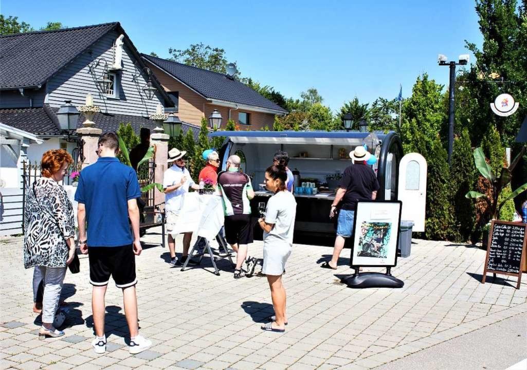 Schon am Eröffnungstag kamen etliche G...hhut) zu seinem Kiosk zu gratulieren.     Foto: Laetitia Barnick