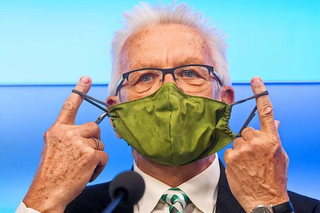 Ministerpräsident mit Maske: Winfried Kretschmann  | Foto: Christoph Schmidt (dpa)
