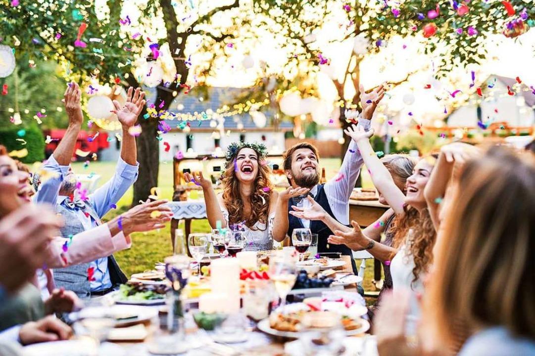 Ab dem 1.Juni sind private Feiern mit ...zu zehn Menschen treffen (Symbolbild).  | Foto: Halfpoint (AdobeStock)
