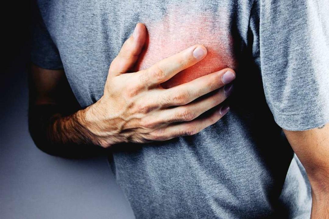 Wenn das Herz schmerzt, sollte man nic... Notarzt zu rufen. Jede Minute zählt.   | Foto: Sasun Bughdaryan (Adobe Stock)