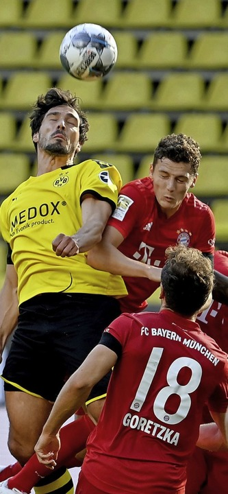 Augen zu:  BVB-Kicker  Mats Hummels (links) gegen Benjamin Pavard  | Foto: FEDERICO GAMBARINI (AFP)