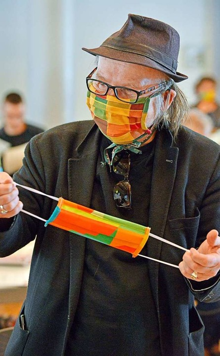 Stadtrat Atai Keller testete gleich die Mundschutzmasken in Jubiläums-Optik.  | Foto: Michael Bamberger