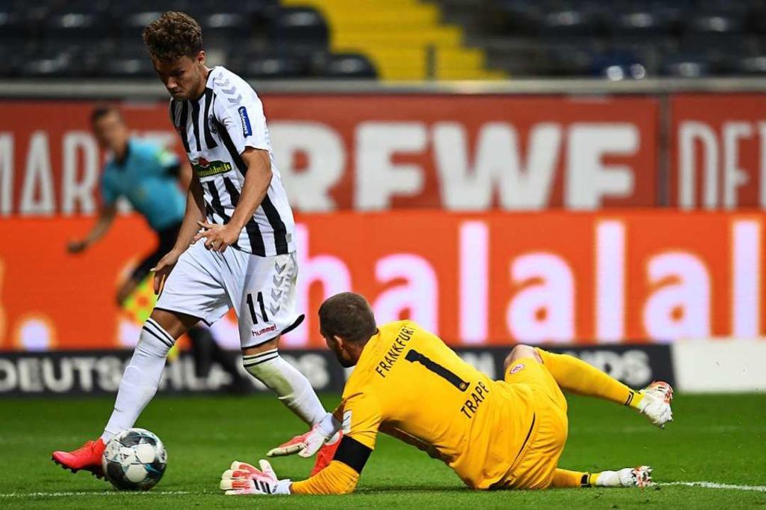 Luca Waldschmidt stand gegen seinen Ju...wegen einer Schwalbe eine Gelbe Karte.    Foto: ARNE DEDERT (AFP)