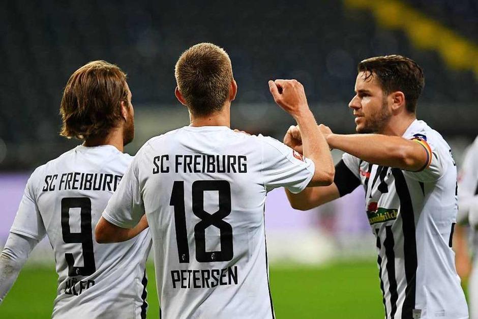 3:3 trennen sich der SC Freiburg und Eintracht Frankfurt im zweiten Spiel der englischen Wochen. Dabei können sich die Freiburger vor allem bei Schlussmann Schwolow bedanken, der starke Paraden zeigt. (Foto: Arne Dedert (dpa))