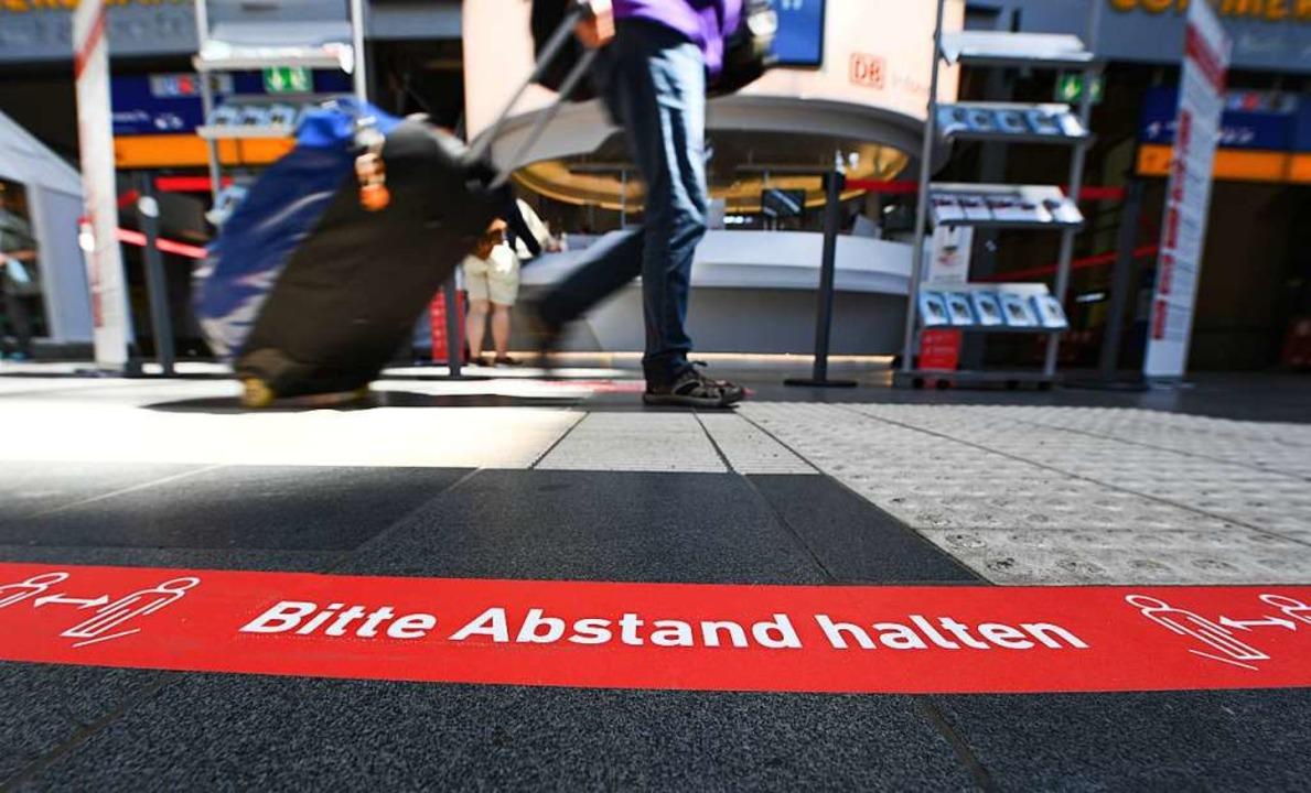 Abstand halten bleibt das Gebot unserer Zeit.  | Foto: Arne Dedert (dpa)