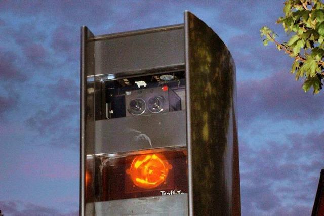 Autofahrer will in Lörrach einem Blitzer ausweichen, die Polizei schaut zu