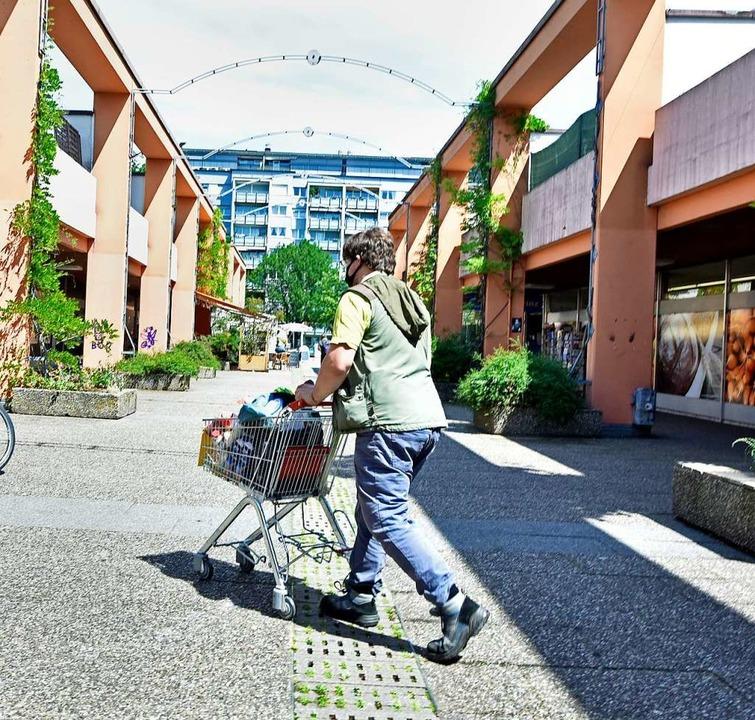 Bis Ende Juli wird das Einkaufszentrum in Freiburg-Landwasser geräumt.  | Foto: Michael Bamberger