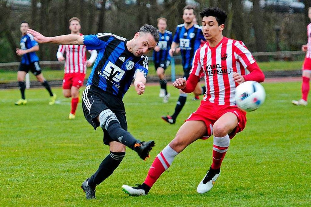 Benjamin Ziegler (links) im Trikot des...dsliga-Derby gegen den Offenburger FV.    Foto: Bettina Schaller
