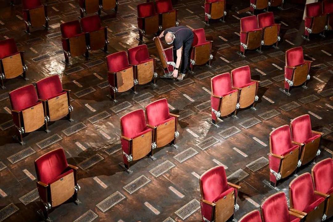 Verkleinern wie hier im Berliner Ensem...apazitäten. Viele schrauben Stühle ab.    Foto: Britta Pedersen (dpa)