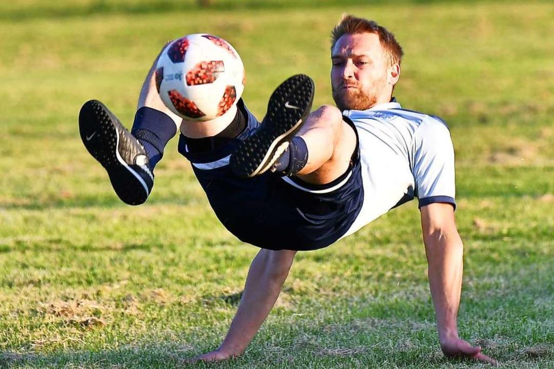 Tobias Barth versucht beim Jonglieren artistisch den Ball in der Luft zu halten.  | Foto: Achim Keller