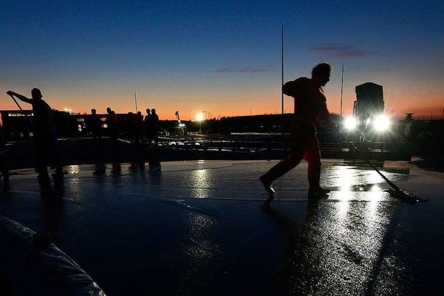 Am Busbahnhof für das neue SC-Stadion wird nachts Asphalt verlegt