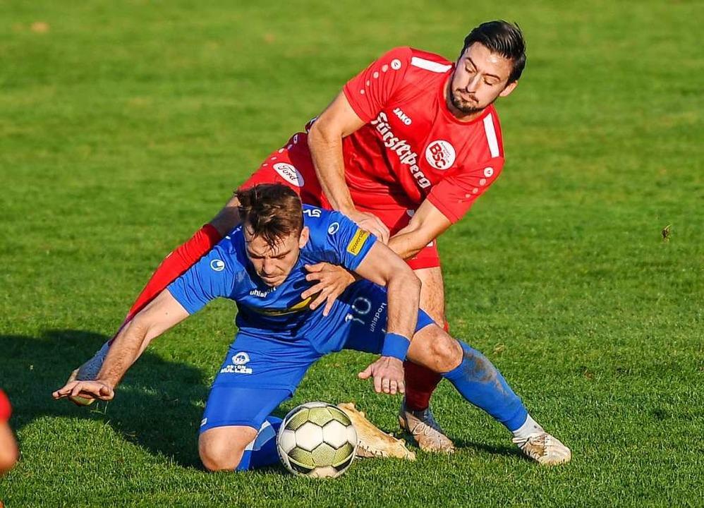 Ballbehauptung: Gabriel Gallus (vorne)...gen den Bahlinger SC im November 2018.  | Foto: Patrick Seeger