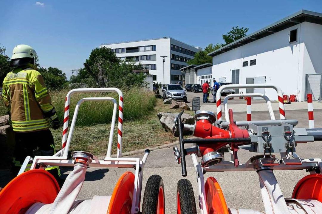 Die Wehr war schnell zu Stelle, löscht... Isolierung ab und vertrieb den Qualm.  | Foto: Hans-Peter Müller