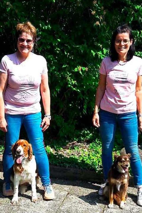Charlotte Schubnell (links) und Anja Z...chieren mit ihren Hunden Rica und Rina  | Foto: privat