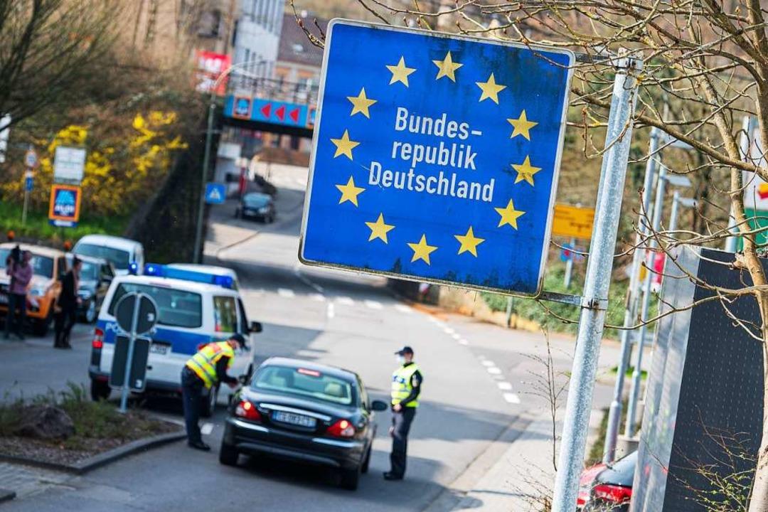 Bis auf leichte Lockerungen bleibt es ...sischen Grenze erst am 15. Juni enden.  | Foto: Oliver Dietze (dpa)