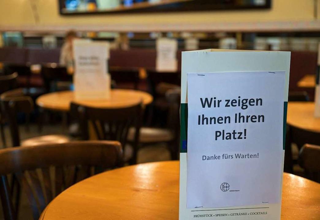 Restaurants müssen jetzt strenge Hygieneauflagen beachten.  | Foto: Peter Kneffel (dpa)