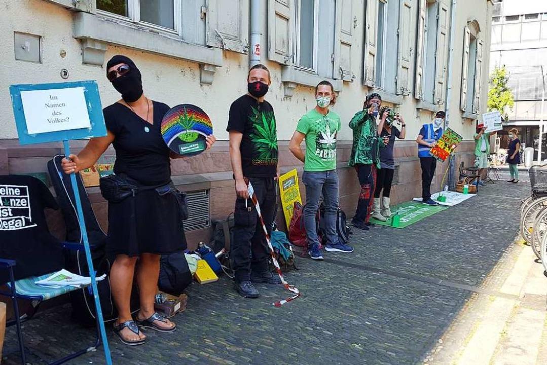 Vor dem Gerichtsgebäude am Holzmarkt i...e Legalisierung von Cannabisprodukten.  | Foto: Stefan Mertlik