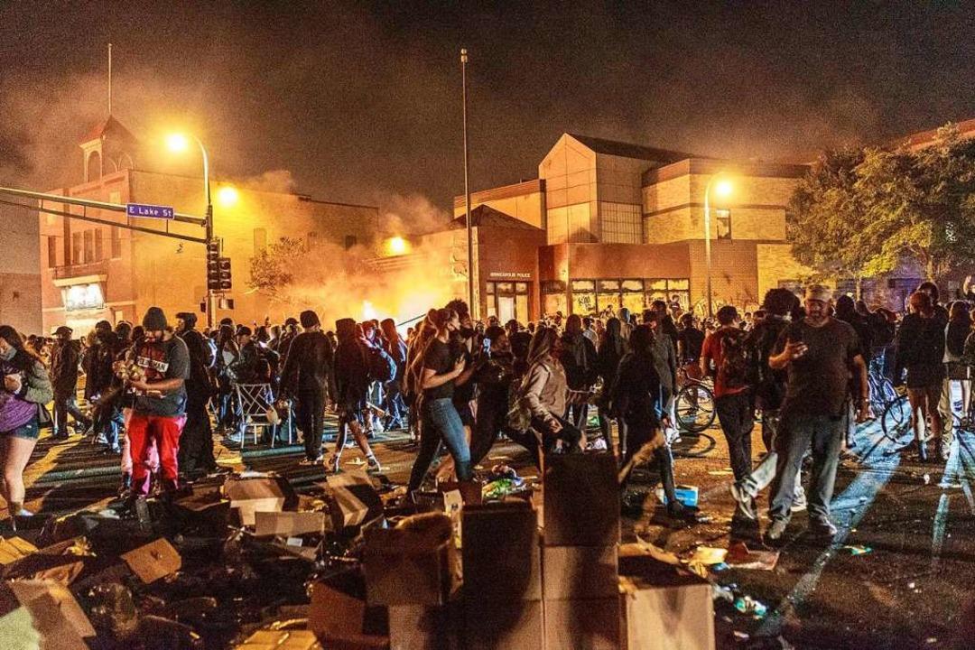 Demonstranten vor einem Polizeirevier ...it einem Knie auf seinen Hals drückte.  | Foto: KEREM YUCEL (AFP)