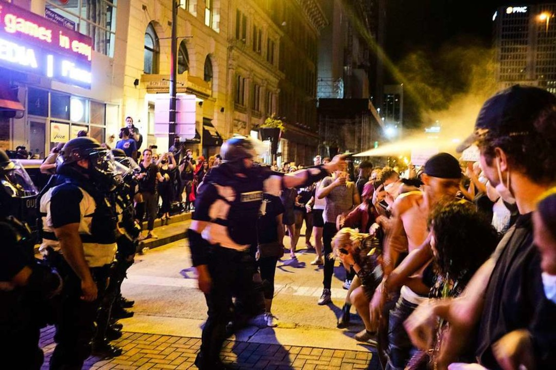 Die Polizei setzte Tränengas ein.  | Foto: Matthew Hatcher (AFP)